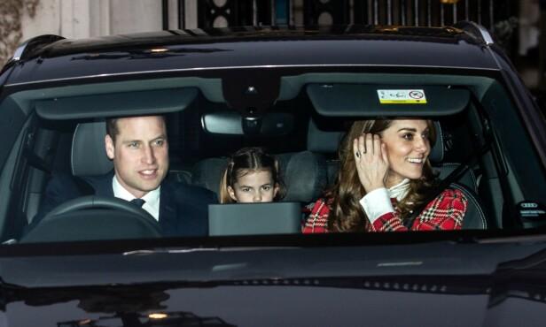 <strong>DRO SAMLET:</strong> På vei hjem fikk imidlertid pipa en helt annen lyd da hertuginne Kate satt i forsetet istedenfor prins George. Foto: NTB Scanpix