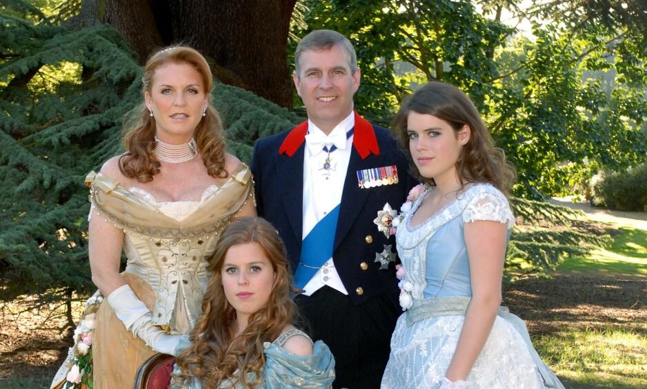 FAMILIEBILDE: Prinsesse Beatrice ville ha kostymeball, og fikk det som hun ville i bursdagen. Bak hertuginne Sarah (60), prins Andrew og lillesøster Eugenie (29). Foto: Camera Press