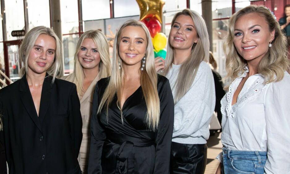 GOD, SPONSET JUL: Felles for Anniken Jørgensen (23), Julianne Nygård (28), Martine Lunde (23), Sofie Nilsen (24) og Caroline Berg Eriksen (32) er at de alle reklamerer for juleprodukter. Foto: Andreas Fadum / Se og Hør
