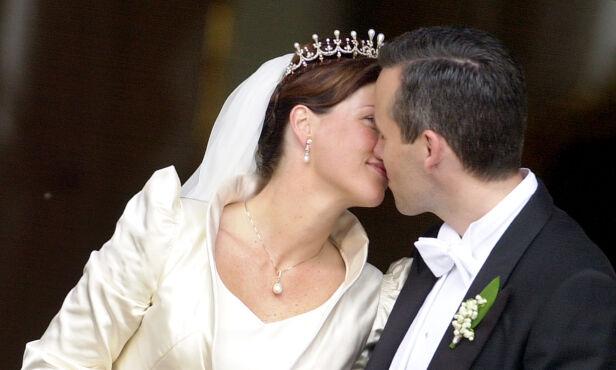 HOLDT TALE: Ari Behns bryllupstale priset hans nye kone. Her kysser de foran folket etter vielsen. Foto: NTB scanpix