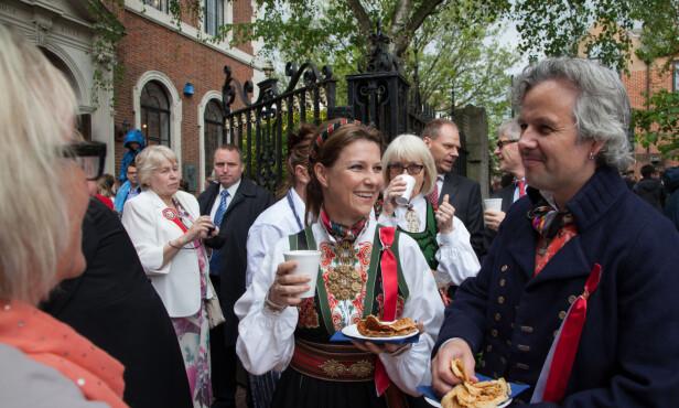I LONDON: Familien bodde i den engelske hovedstaden i to år. Her feirer de 17. mai foran Den norske sjømannskirka i London i 2013. Foto: NTB scanpix