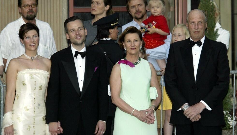 I SORG: Kong Harald og dronning Sonja forteller at det er med stor sorg at de har mottatt dødsbudskapet. Her fotografert med Behn og prinsesse Märtha Louise for noen år siden. Foto: NTB scanpix
