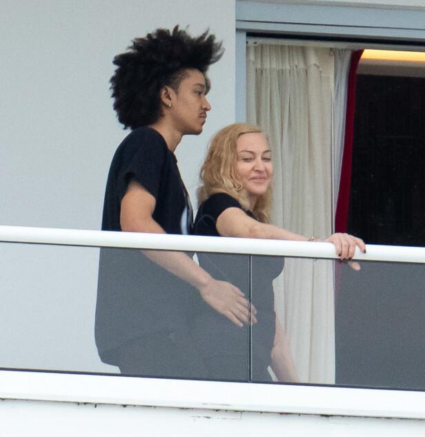 FORNØYD: Madonna så ut til å storkose seg ute på balkongen sammen med den 25 år gamle danseren Ahlamalik Williams. Foto: NTB Scanpix
