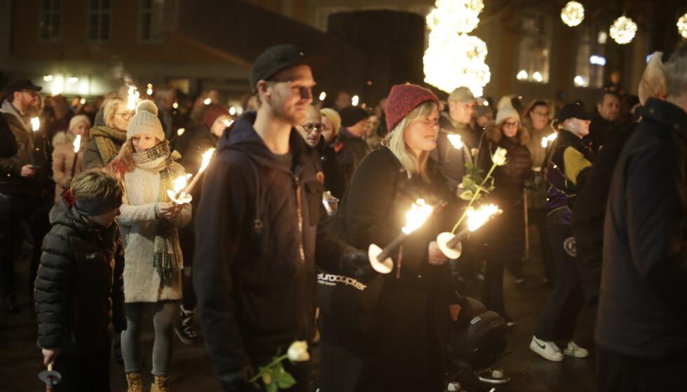 MINNEMARKERING: Søndag kveld hadde mange samlet seg i Moss for å minnes Ari Behn. Foto: Bjørn Langsem / Dagbladet