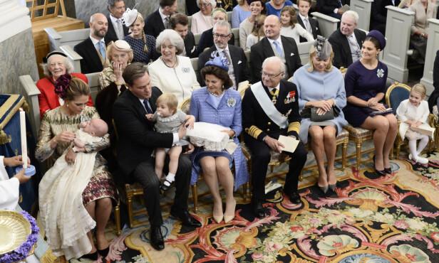 <strong>I DÅP:</strong> 103-åringen var en selvskreven gjest i prins Nicolas sin dåp i 2015. Hun sitter bak til venstre, kledd i rosa. Foto: NTB Scanpix