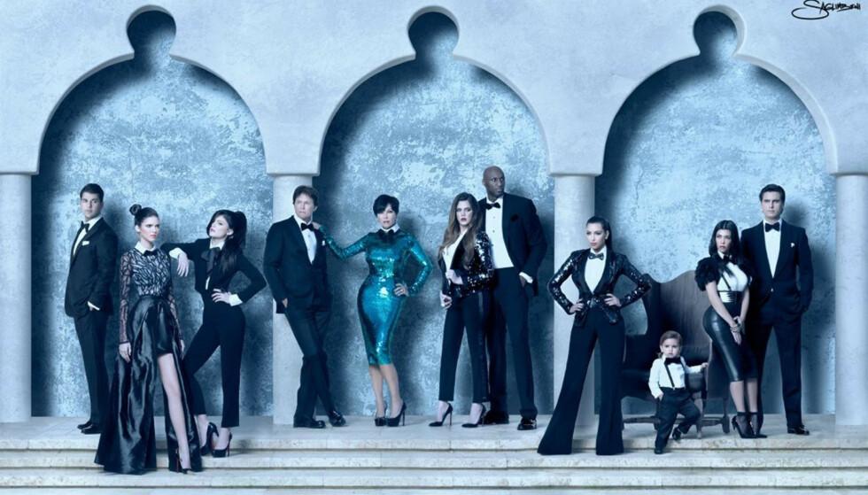 DEN GANG DA: Caitlyn Jenner har ingen anger for at hun ventet 65 år før hun endret kjønn og ble Caitlyn. Det skyldes blant annet at hun oppdro en fin familie, sier hun i intervjuet. Her er Rob Kardashian, Kendall Jenner, Kylie Jenner, Bruce Jenner, Kris Jenner, Khloe Kardashian, Lamar Odom (Khloes eks), Kim Kardashian, Mason (Kourtneys sønn), Kourtney Kardashian og Scott Disick samlet. Foto: Stella Pictures
