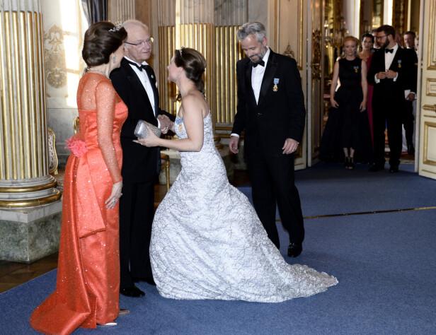 <strong>SØRGER:</strong> Også den svenske kongefamilien sørger over Ari Behns dødsfall. Her er han og prinsesse Märtha Louise under kong Carl Gustafs 70-årsdag på Stockholms slott i 2016. TIl venstre dronning Silvia. Foto: Henrik Montgomery / TT / NTB Scanpix