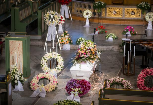 BLOMSTERHAV: Det var utallige mange buketter og oppsatser i kirken. Foto: NTB scanpix