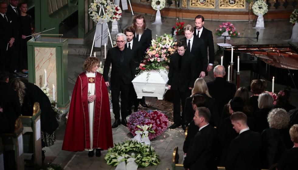 BÅRET UT: Ari Behsn kiste ble båret ut av blant andre bror Espen, far Olav og kronprins Haakon. Foto: NTB scanpix