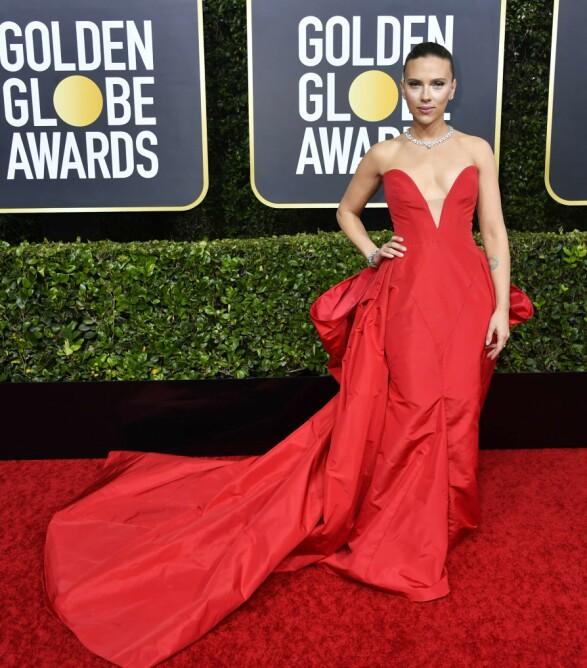 <strong>DRAMATISK:</strong> Scarlett Johansson i en drapert, blodrød kjole på Golden Globe-løperen. Foto: nTB scanpix