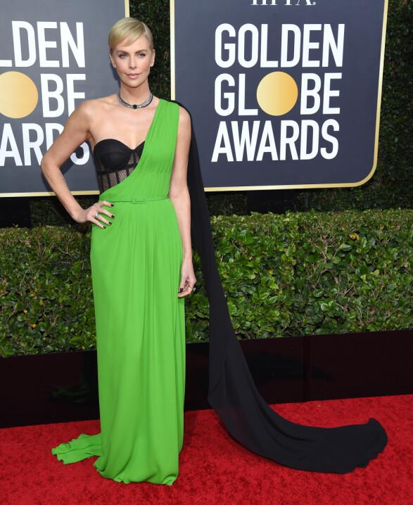 <strong>NEON:</strong> Charlize Theron overrasket i en kjole i syregrønt og sort på Golden Globe. Foto: NTB scanpix