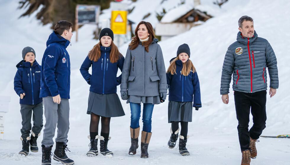 <strong>SKOLEKLARE:</strong> Familien var godt kledd da de møtte pressen i Sveits mandag morgen. Kronprinsesse Mary og kronprins Frederik vil være mest mulig til stede under barnas kostskoleopphold. Foto: NTB Scanpix