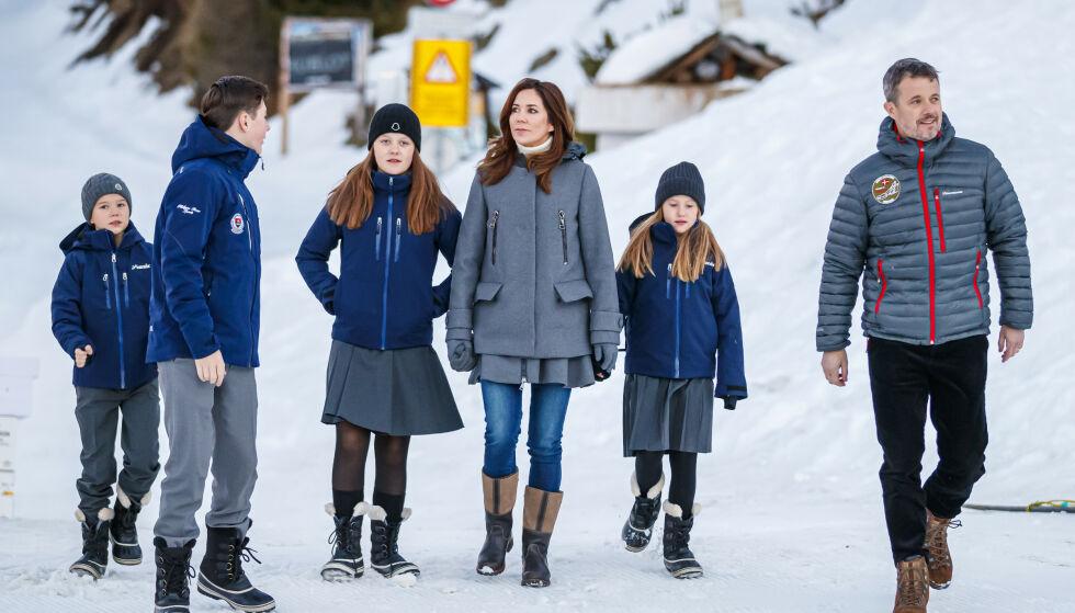 SKOLEKLARE: Familien var godt kledd da de møtte pressen i Sveits mandag morgen. Kronprinsesse Mary og kronprins Frederik vil være mest mulig til stede under barnas kostskoleopphold. Foto: NTB Scanpix