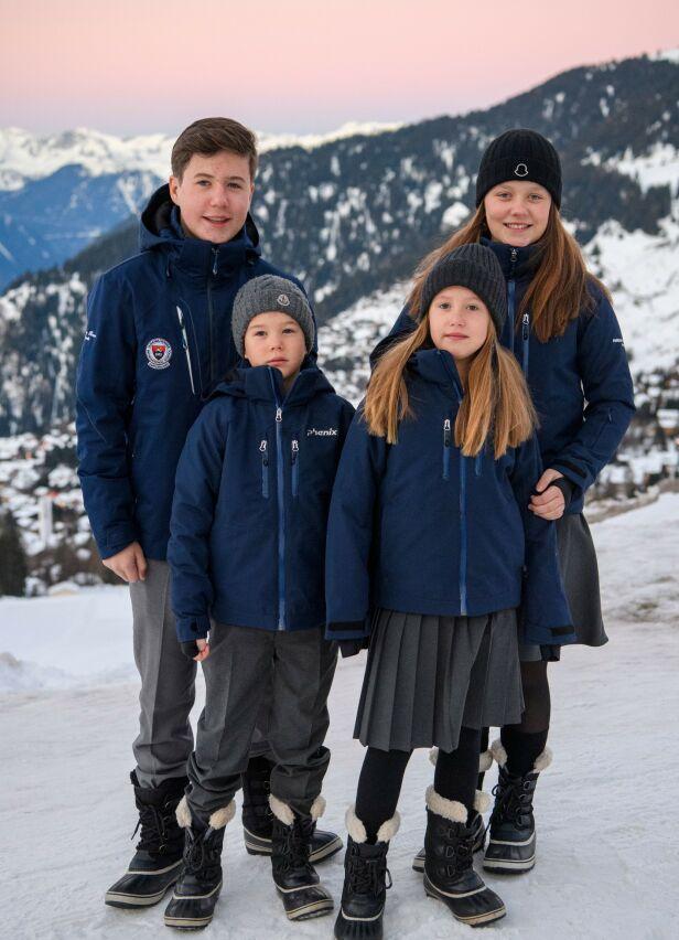 I SVEITS: Prins Christian, prinsesse Isabella, prins Vincent og prinsesse Josephine (foran) på plass i Verbier - tilsynelatende iført skoleuniformer under varme vinterklær. Foto: NTB scanpix