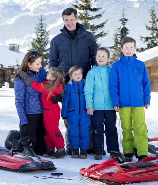 <strong>DEN GANG DA:</strong> Kronprinsesse Mary, kronprins Frederik og barna på skiferie i Verbier i februar 2015. Foto: NTB scanpix