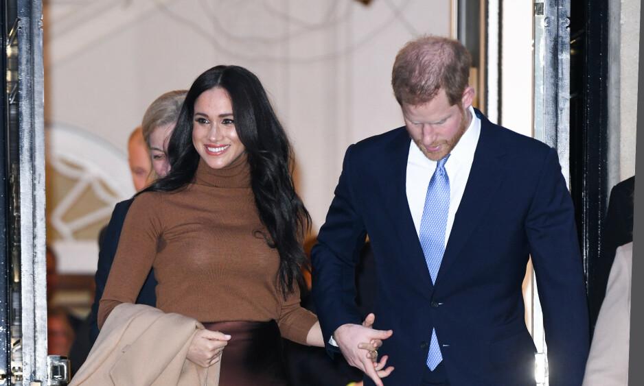 TILBAKE: Tirsdag ettermiddag var hertuginne Meghan og prins Harry på besøk hos den kanadiske ambassaden i London. Dette er deres første opptreden på nær to måneder. Foto: NTB Scanpix
