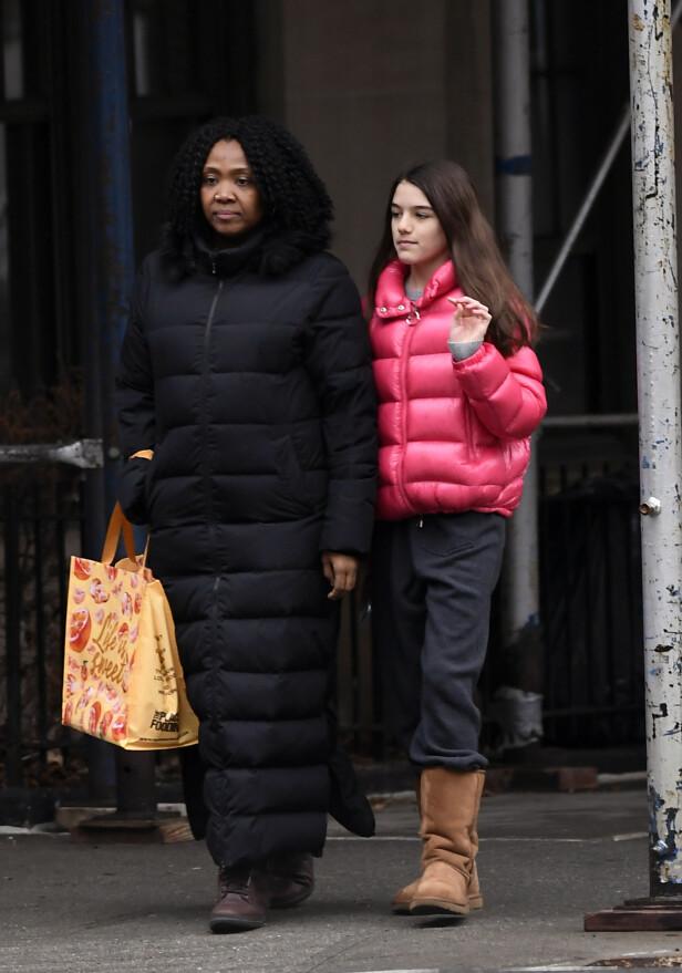 MED FØLGE: Suri fikk følge av barnepiken sin mens hun gikk rundt i New Yorks gater. Foto: NTB Scanpix