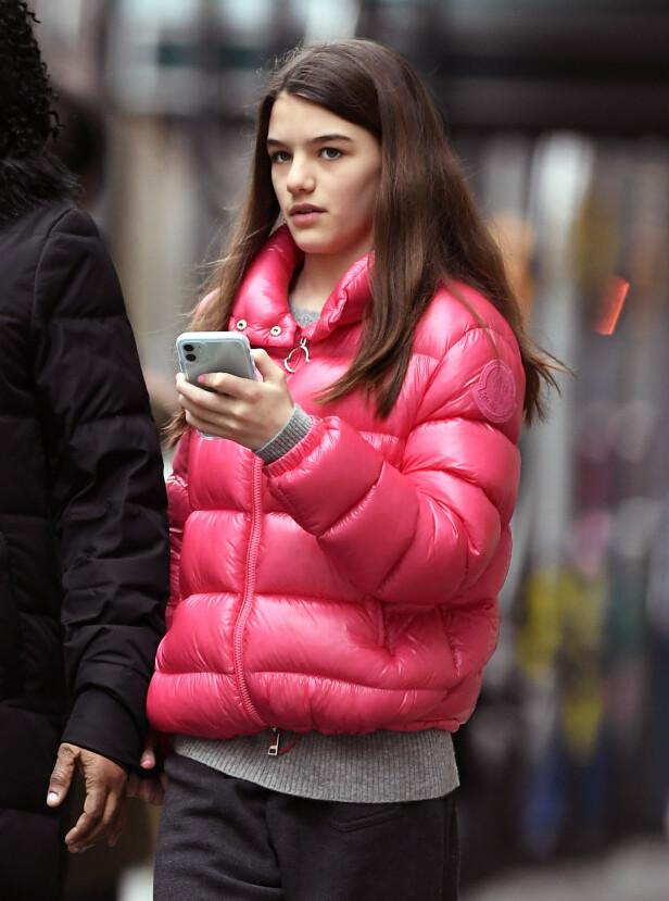 MED MOBILEN: Som tenåringer flest, har Suri Cruise mobilen i umiddelbar nærhet. Foto: NTB Scanpix