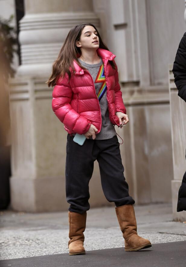 TENÅRING: Suri Cruise har blitt tenåring, og vokser utvilsomt til. Her er hun i New York nylig. Foto: NTB Scanpix