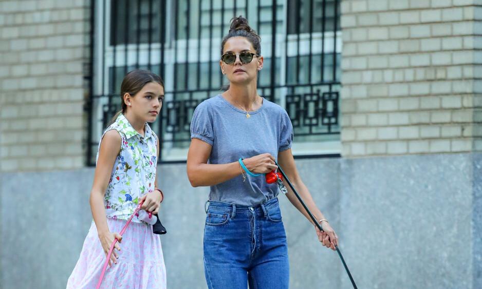 MED MOR: Suri Cruise har blitt tenåring, og på nye bilder det ingen tvil om at stjernedatteren vokser til. Her er hun med moren Katie Holmes i New York i fjor sommer. Foto: NTB Scanpix