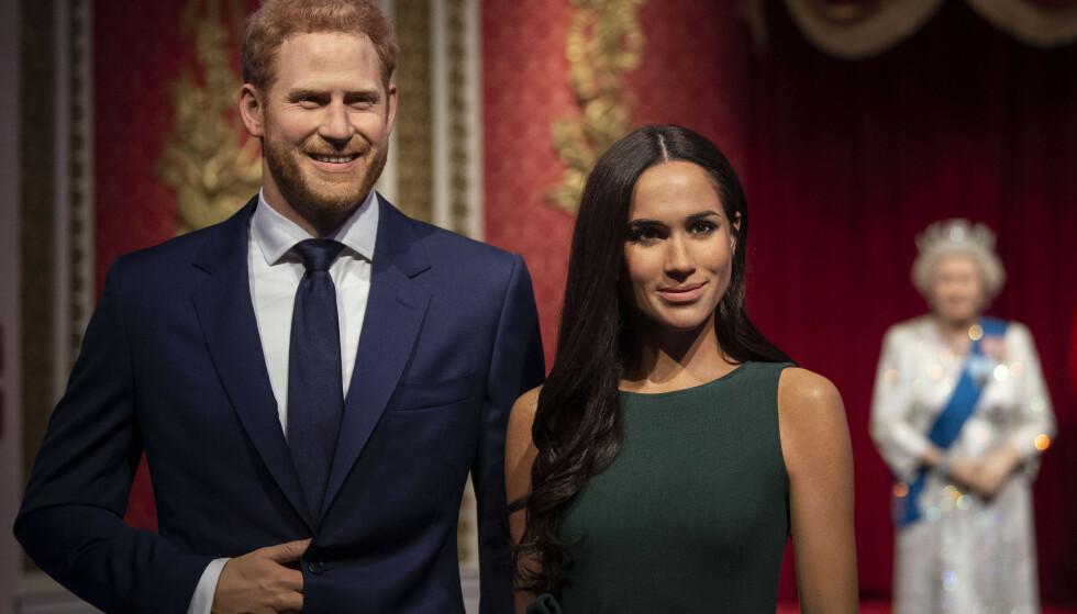 ALENE: I bakgrunnen av voksfiugurene av prins Harry og kona, kan man skimte resten av kongefamilien. Foto: NTB Scanpix