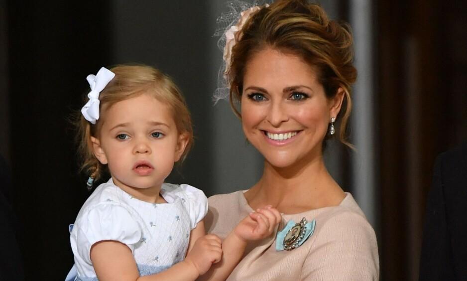 KONGELIG: Prinsesse Madeleines tre barn lever et tilsynelatende skjermet liv. Nå forteller prinsessen om hemmeligheten hun foreløpig skjuler for barna. Her sammen med datteren Leonore i 2016. Foto: Scanpix