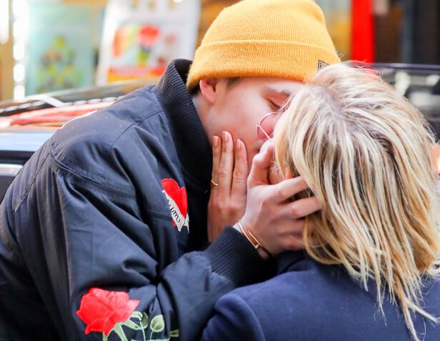 KLINTE TIL: Stjerneparet ga hverandre et romantisk kyss på åpen gate i New York kort tid før bruddet. Foto: NTB Scanpix
