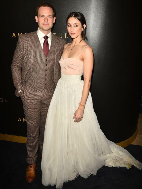 PÅ ETTERFEST: Patrick J. Adams og Troian Bellisario på Golden Globe-etterfesten til Amazon - hun iført samme skjørt hun giftet seg i. Foto: NTB scanpix