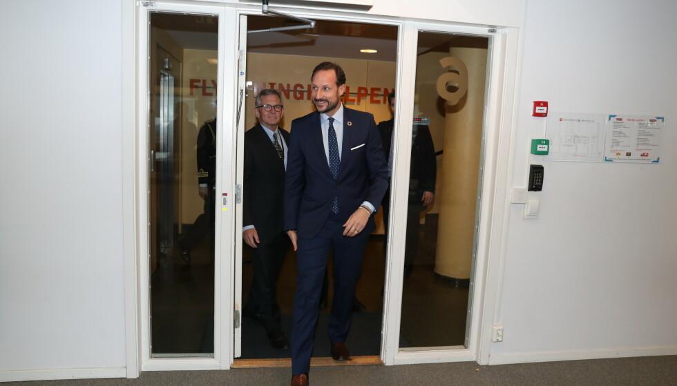 I BEDRING: Kronprins Haakon kunne fortelle at kong Harald er på bedringens vei. Her er kronprinsen, som nå fungerer som regent, på et besøk hos Flyktninghjelpen mandag. Foto: Andreas Fadum / Se og Hør