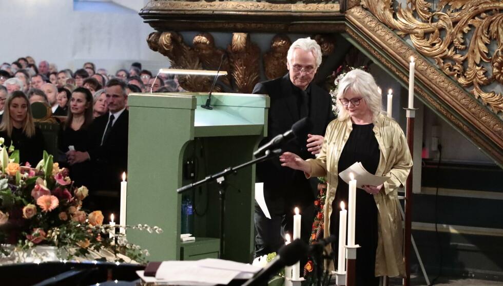 RØRENDE TALE: Ari Behns mor og far, Marianne Behn og Olav Bjørshol, under bisettelsen i Oslo domkirke. Foto: Lise Åserud / NTB Scanpix