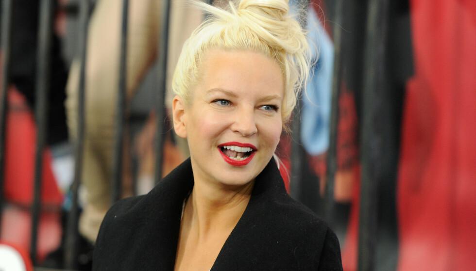 ALENEMAMMA: Den australske artisten Sia Furler (44) har adoptert en sønn i alle hemmelighet. Foto: NTB scanpix