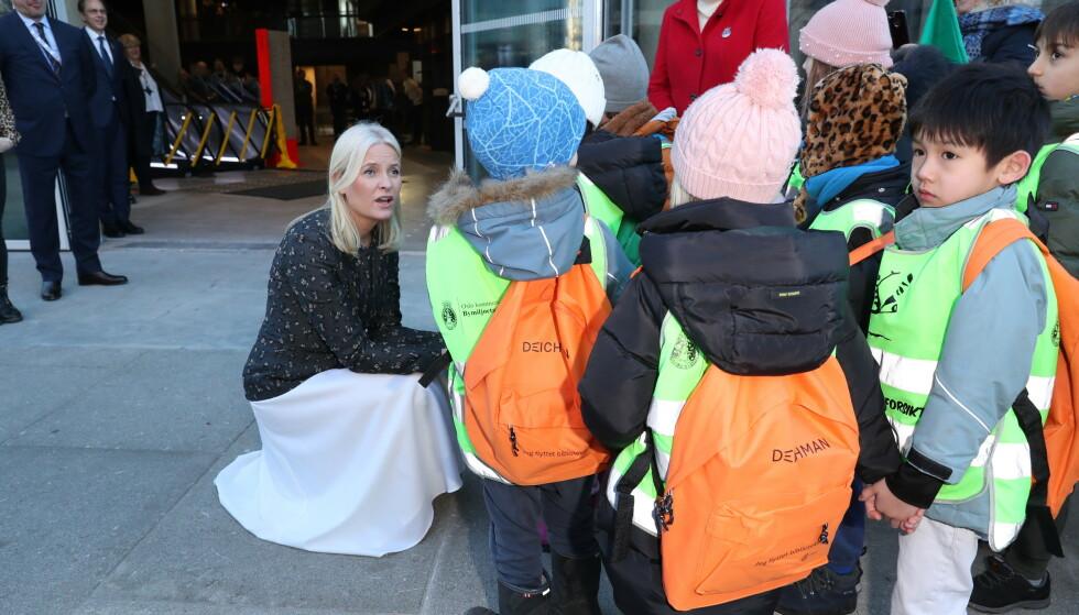 <strong>TOK IMOT BARNA:</strong> Kronprinsessen tok i mot barna som kom for å hjelpe med flyttingen av bøkene til det nye hovedbiblioteket i Oslo. Foto: Andreas Fadum/ Se og Hør
