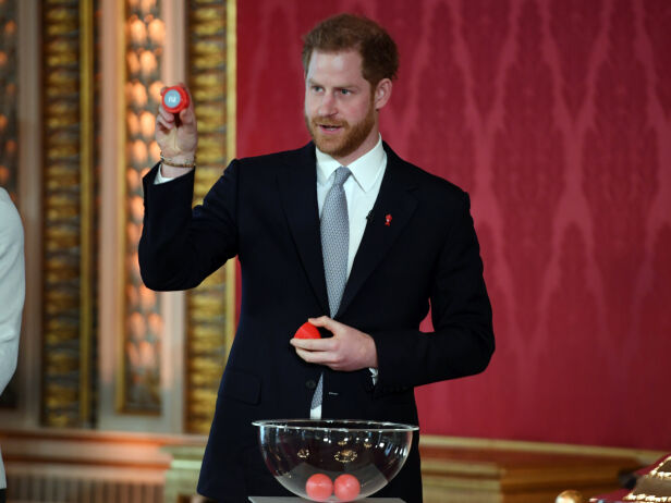 I AKSJON: Prins Harry under trekningen til Rugby League VM på Buckingham Palace. Foto: AP/ NTB Scanpix
