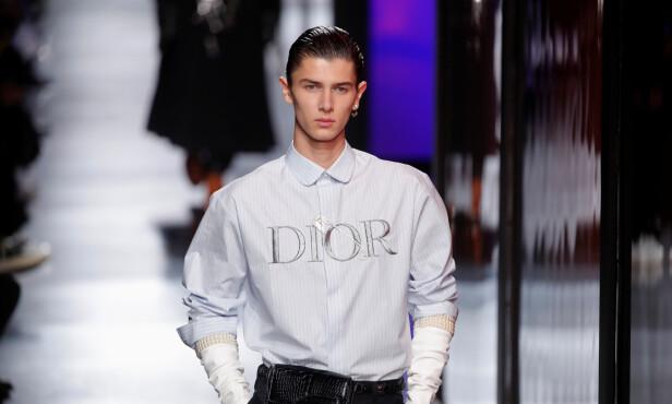 <strong>KUL KIS:</strong> Prinsen viste frem en skjorte med merkenavnet skrevet på brystet. Foto: NTB scanpix