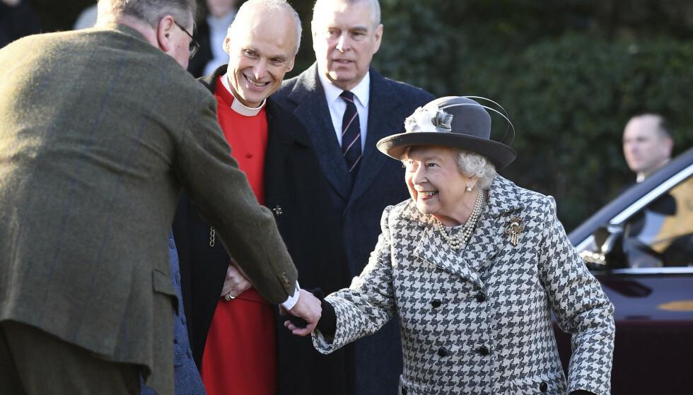 TILBAKE: Søndag var dronninga og prins Andrew sammen offentlig for første gang etter prinsens mye omtalte BBC-intervju i november i fjor. Foto: NTB Scanpix
