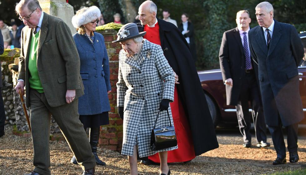 PÅ VEI I KIRKEN: Dronning Elizabeth og prins Andrew på vei til gudstjeneste søndag.