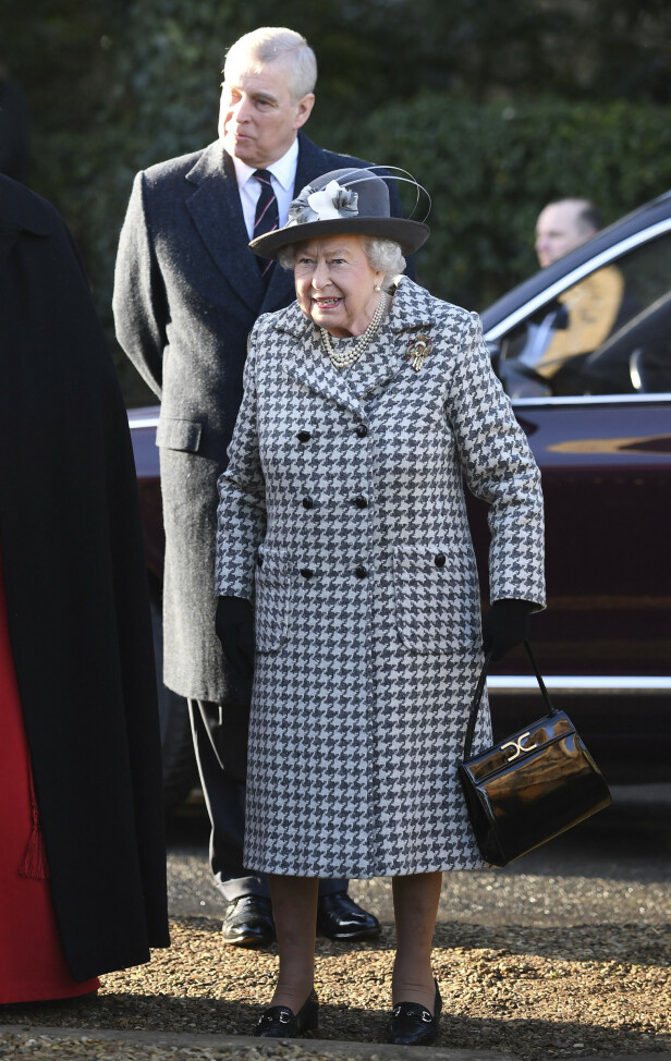 MOR OG SØNN: Dronninga viste seg offentlig med prins Andrew for første gang siden skandalen. Foto: NTB Scanpix