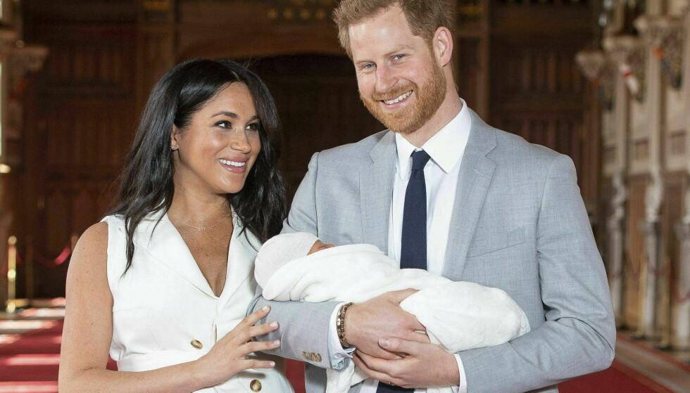 SØNNEN: Prins Harry og hertuginne Meghan avbildet med sin da nyfødte sønn, Archie Harrison Mountbatten-Windsor, i mai i fjor. Foto: Pa Photos / NTB Scanpix