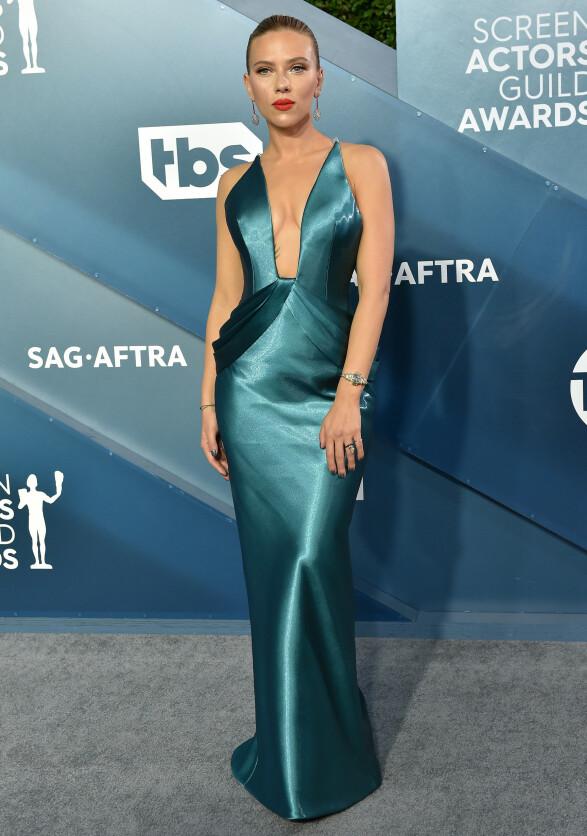 SILKE: Scarlett Johansson var kledd i en blå silkekjole. Foto: NTB Scanpix