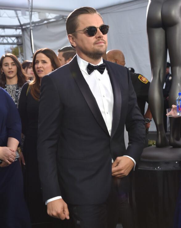KLASSISK: Leonardo DiCaprio var kledd i en klassisk sort dress for anledningen. Foto: NTB Scanpix
