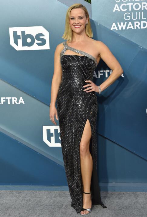GLITTER: Reese Witherspoon tok også turen, og var kledd i en glitrende kjole med splitt. Foto: NTB Scanpix