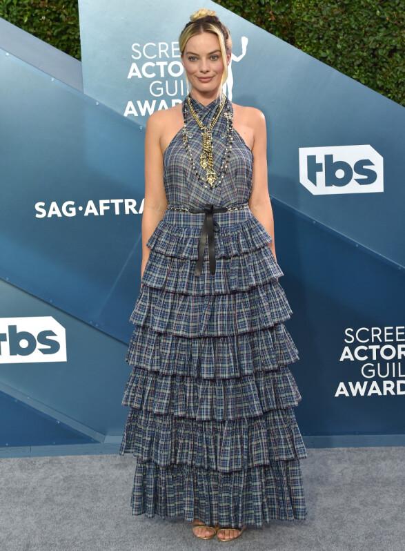 DETALJER: Margot Robbie var kledd i en rutete kjole med en rekke detaljer. Foto: NTB Scanpix