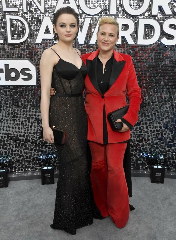 KOLLEGER: «The Act»-skuespillerne Joey King og Patricia Arquette poserte arm i arm på SAG Awards-løperen. Foto: NTB scanpix