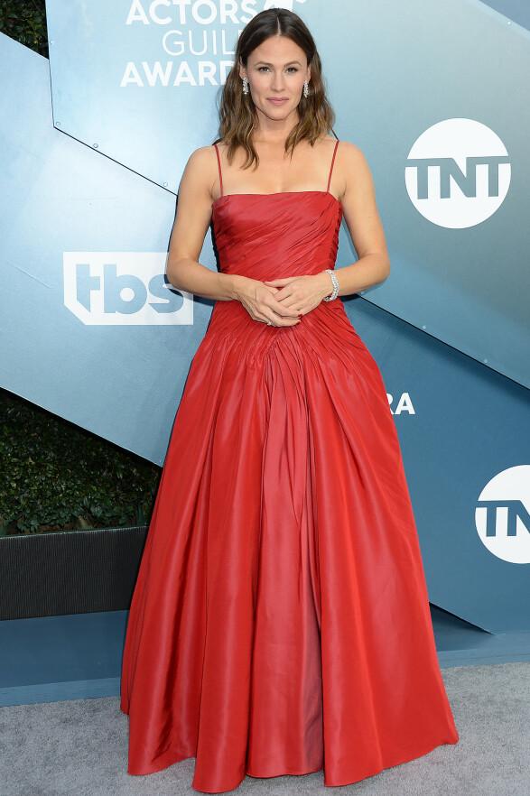 I RØDT: Jennifer Garner oste av tidløs glamour i denne røde, draperte kjolen på SAG Awards. Foto: NTB scanpix
