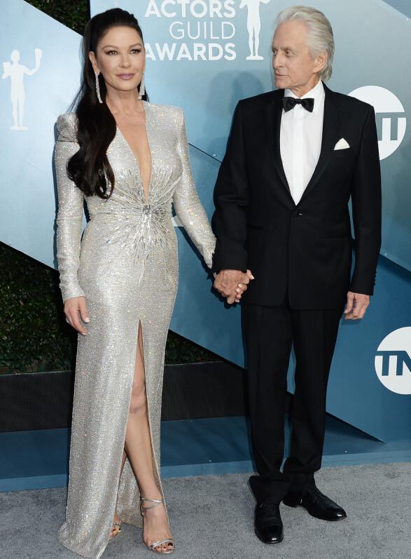 EKTEPAR: Catherine Zeta-Jones poserte hånd i hånd med Michael Douglas på SAG Awards-løperen. Foto: NTB scanpix