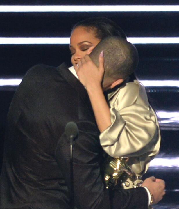 NÆR RELASJON: Drake og Rihanna omfavner hverandre på MTV Video Music Awards i 2016. Foto: NTB scanpix