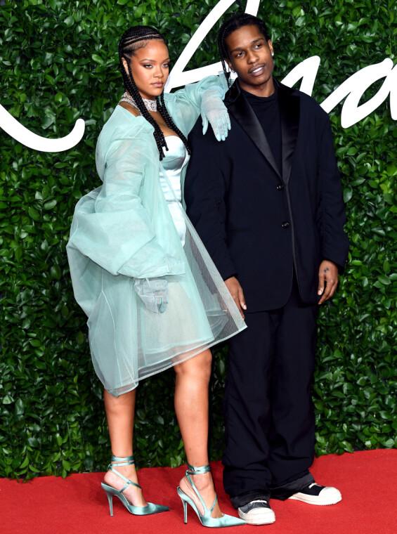 PÅ RØD LØPER: Rihanna og ASAP Rocky dukket også opp sammen på Fashion Awards i London i desember 2019. Foto: NTB scanpix