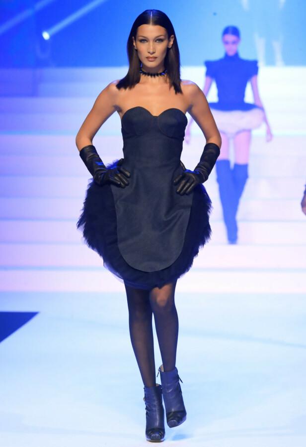 FLERE ANTREKK: Supermodellene fikk smykke seg i flere antrekk i løpet av kvelden. Her er Bella Hadid i en spenstig kjole. Foto: NTB Scanpix