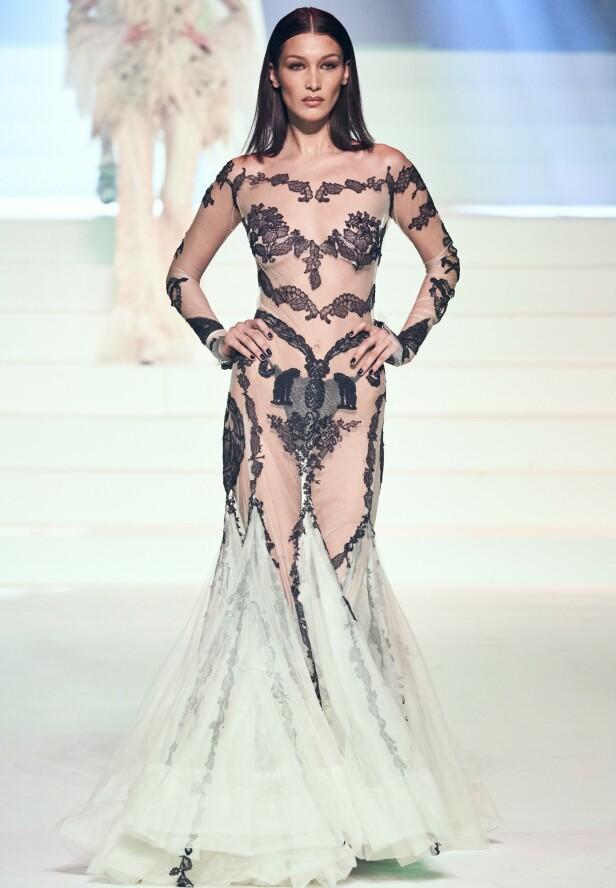 BELLA HADID: Det var lite som ble skjult da supermodellen tok fatt på catwalken onsdag kveld. Foto: NTB Scanpix