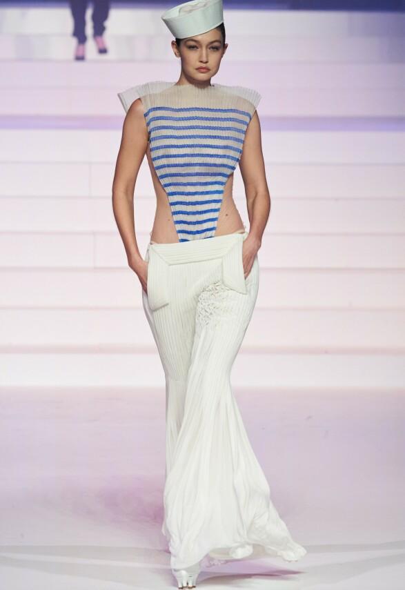 GIGI HADID: Det var lite som ikke ble vist av supermodellens overkropp da hun for siste gang gikk for Jean-Paul. Foto: NTB Scanpix